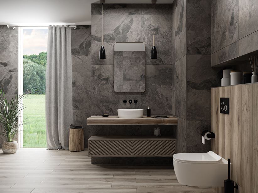 Drewno i kamień w aranżacji łazienki z oknem