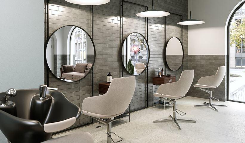 Szara cegiełka w salonie fryzjerskim