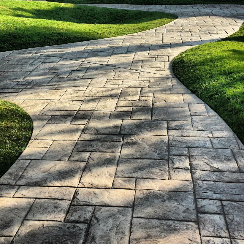 Ścieżka z kamiennych płytek