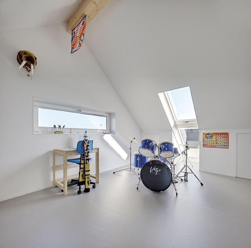 Pokój nastolatka na poddaszu z oknami dachowymi Fakro