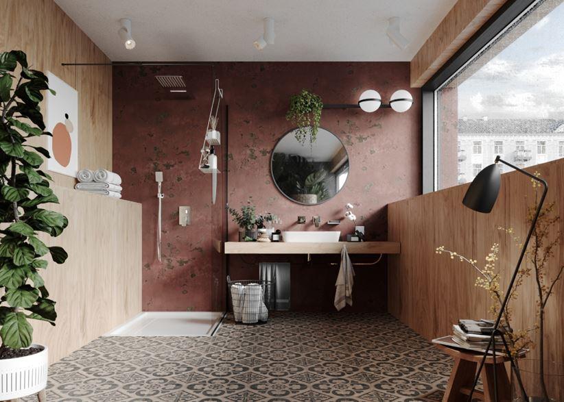 Łazienka z drewnem i rustykalną, bordową ścianą