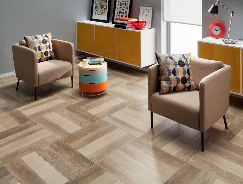 Salon z płytkami inspirowanymi drewnem Domino Elm