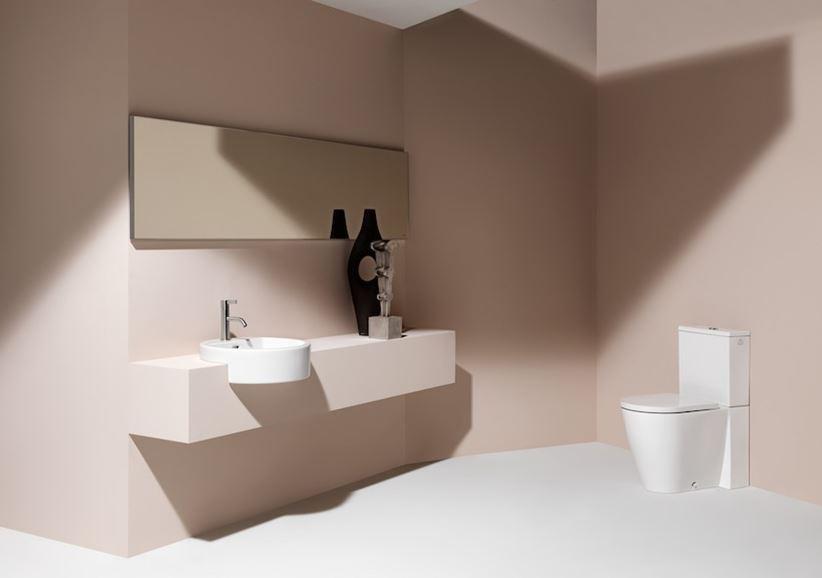 Aranżacja minimalistycznej łazienki z umywalką półblatową
