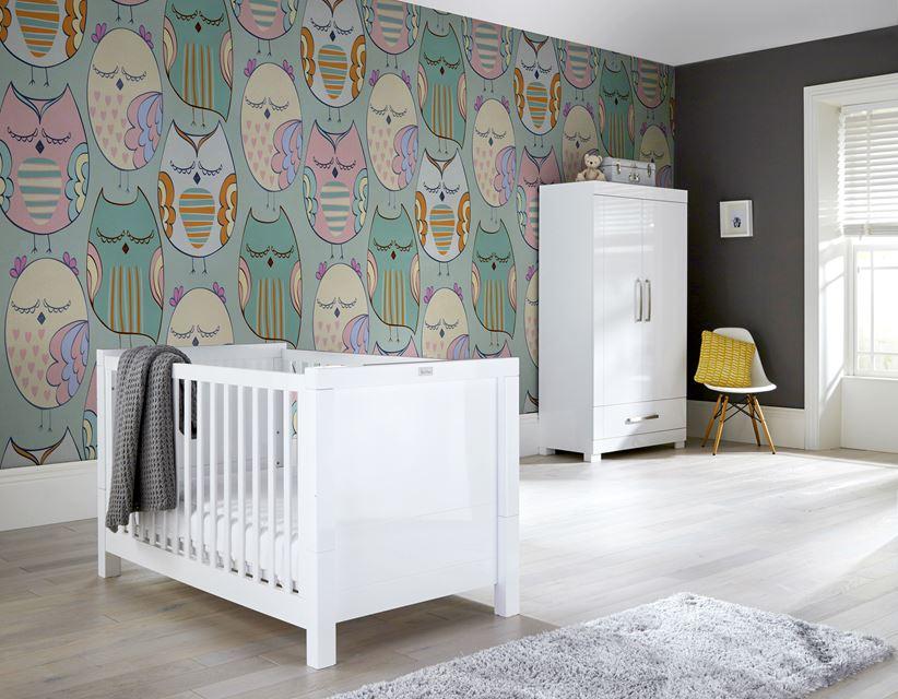Śpiące sówki z tapety Pixers będą czuwały w tym uroczym pokoiku nad śpiącym niemowlęciem