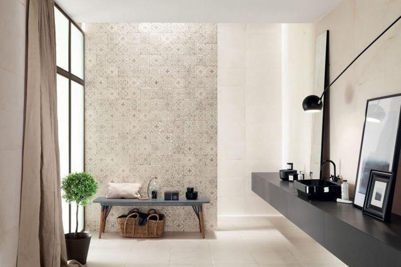 Aranżacja jasnej łazienki z połyskliwymi dekorami
