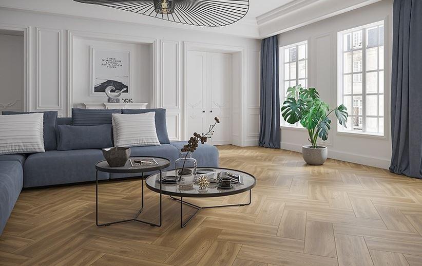 Klasyczny salon z jodełkową, drewnianą podłogą - Domni.pl