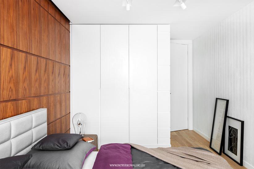 Nowoczesna sypialnia - biel i drewno