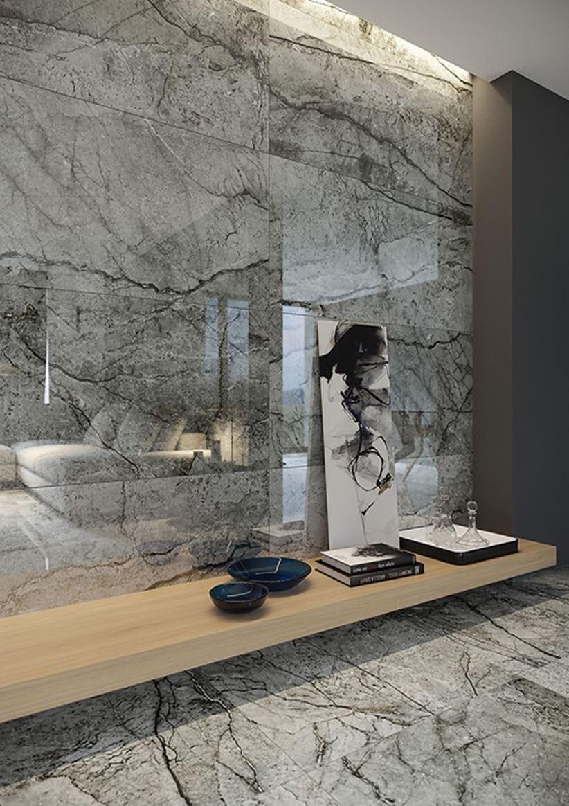 Szara ściana w salonie o wyglądzie kamiennych płyt
