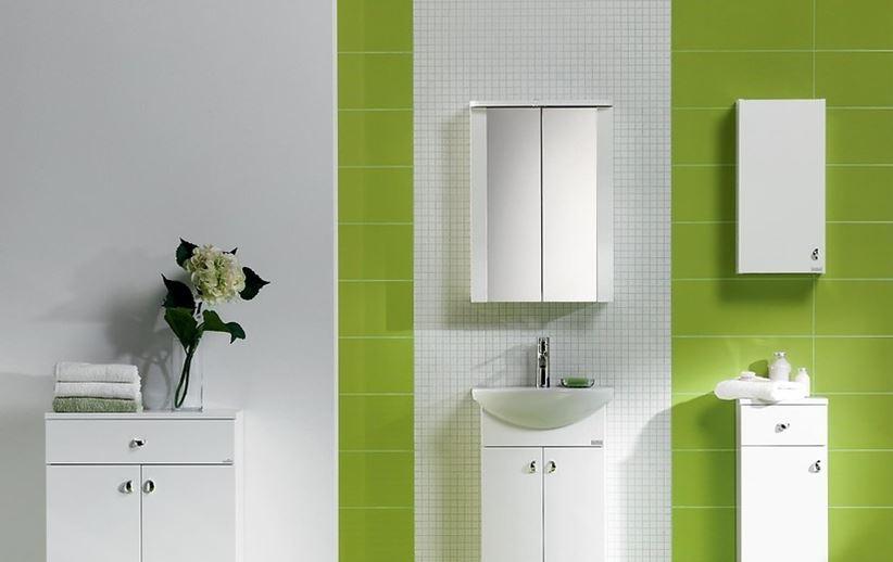 Biała łazienka z zielonym akcentem i meblami Cersanit Bianco