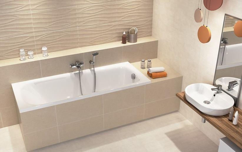 Beżowa łazienka w białą, akrylową wanną