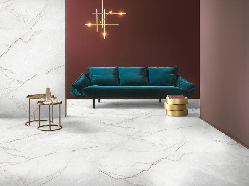 Biały marmur i bordo w salonie glamour