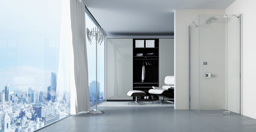 Przestronna łazienka z przeszkleniami
