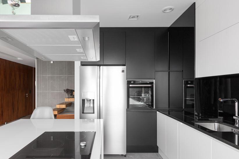 Strefa kuchni w bieli i czerni