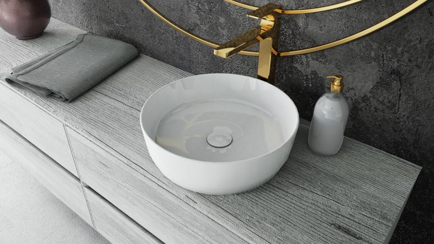 Okrągła umywalka nablatowa ze złota baterią