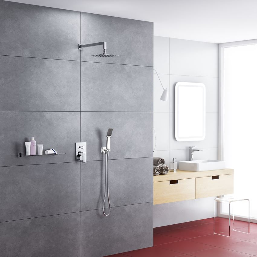 Minimalistyczny prysznic w jasnym wnętrzu