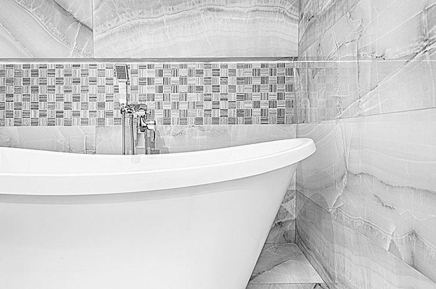 Łazienka z mozaiką na ścianie Azario Woodstone Grey Tatami