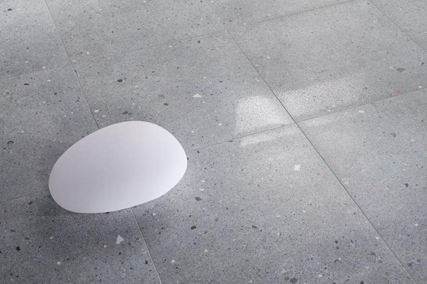 Podłoga wykończona grafitową płytką Tubądzin Dots