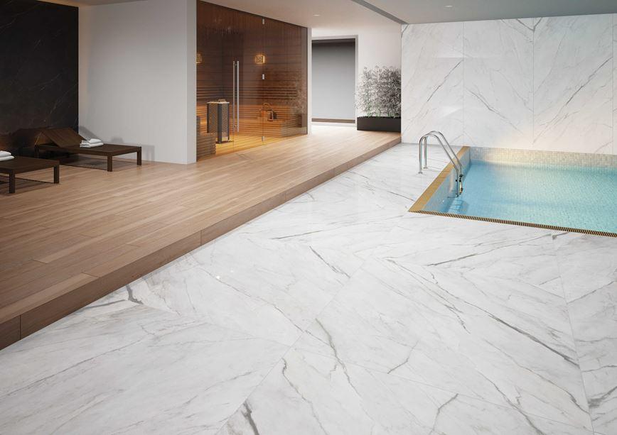 Płytka wielkoformatowa Cerrad Statuario przy basenie