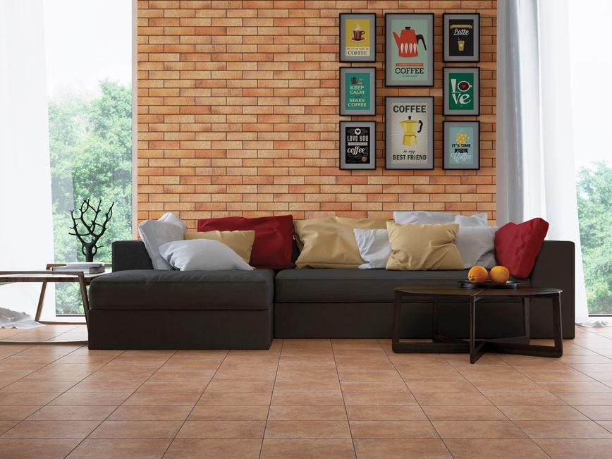 Salon z pomarańczową ścianą klinkierową