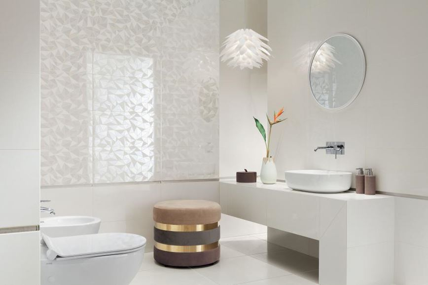 Biała łazienka z płytkami z delikatnym wzorem