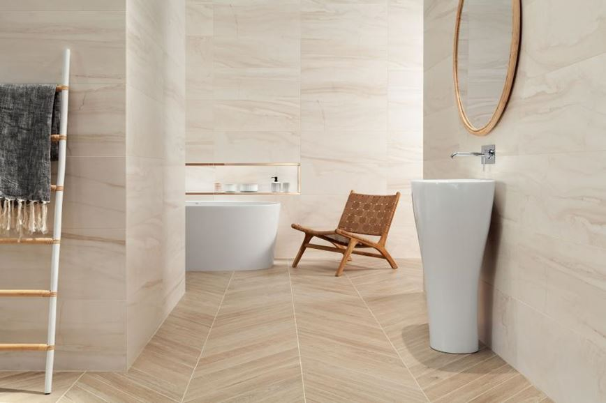Aranżacja przestronnej łazienki w subtelnych barwach