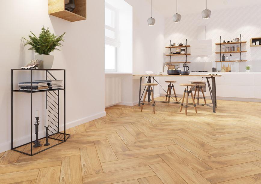 Otwarta kuchnia ze złocistym odcieniem drewna
