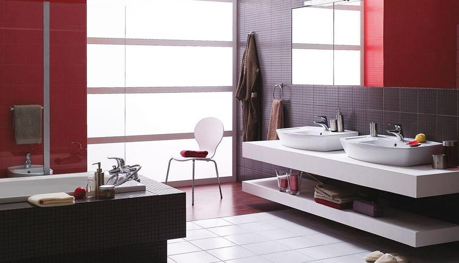 Łazienka dla dwojga z czerwoną ścianą
