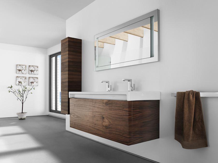 Łazienka z podwieszaną umywalką