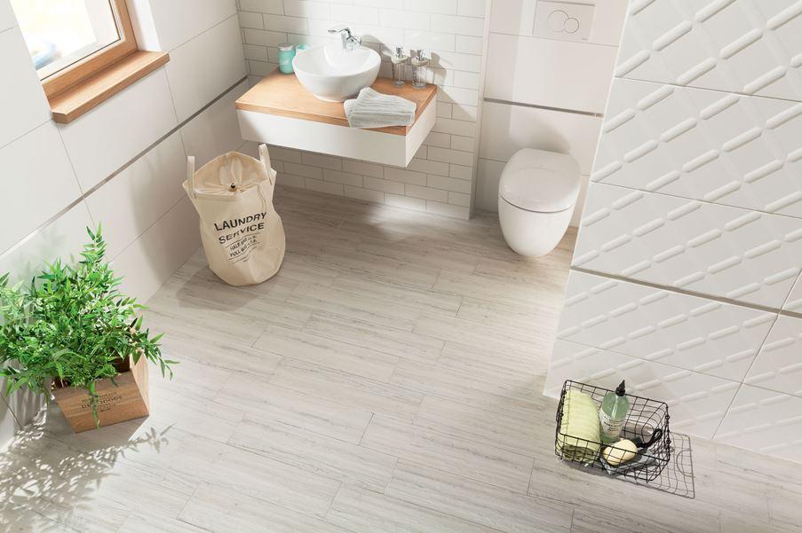 Jasna łazienka z szarą płytką drewnopodobną Domino Aspen