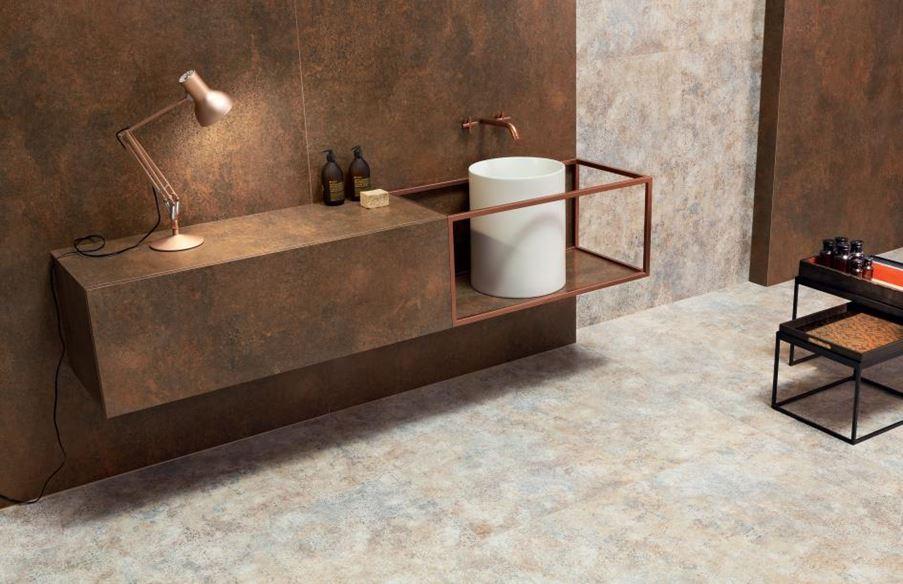 Łazienka z miedzianą ścianą
