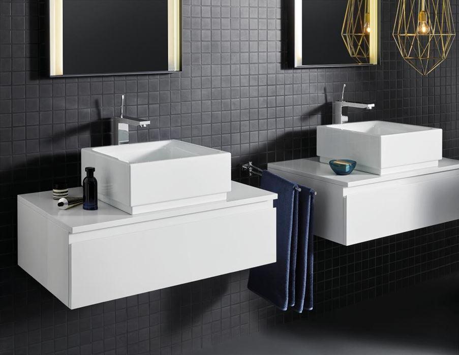Łazienka z bateriami umywalkowymi z uchwytem joystickowym