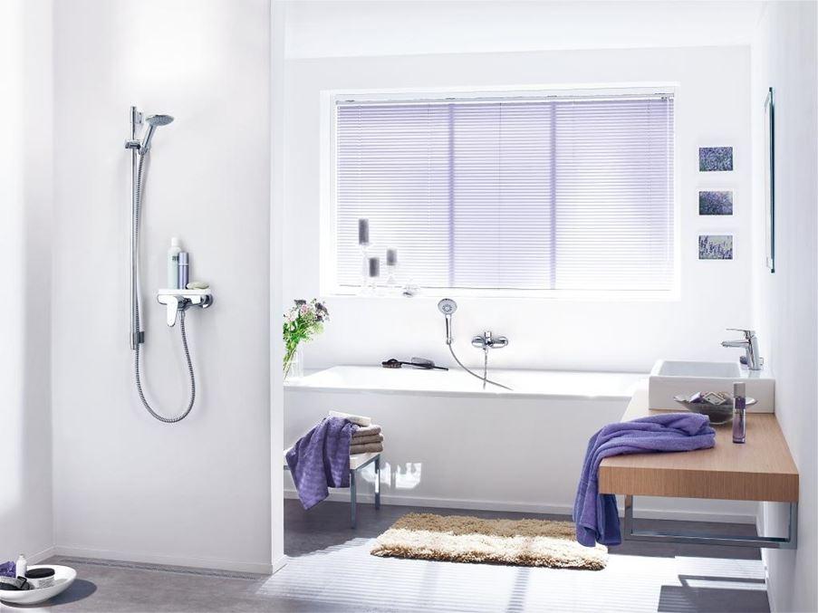 Biała łazienka z fioletowymi akcentami