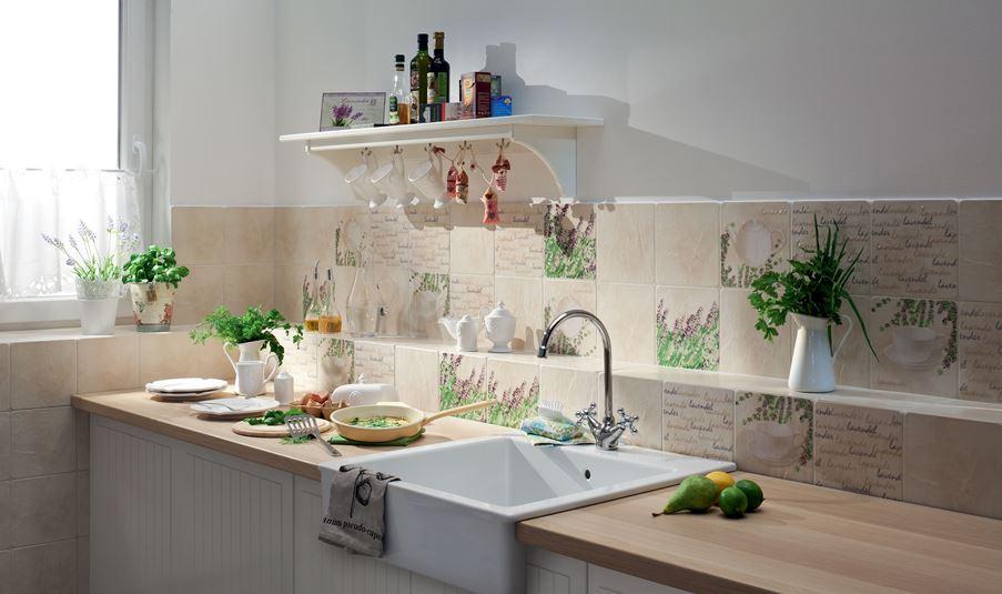 Kuchnia z dekorami i delikatną beżową płytką