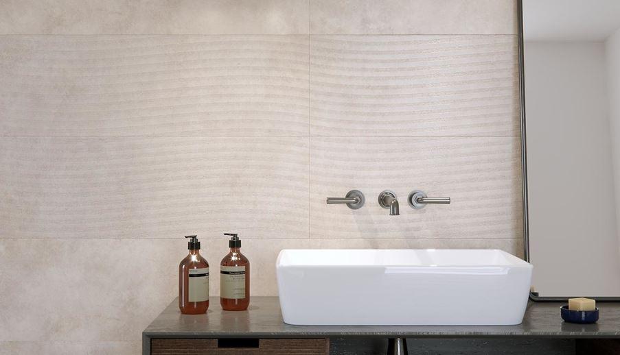 Strefa umywalkowa wykończona płytką dekoracyjną z subtelnym wzorem