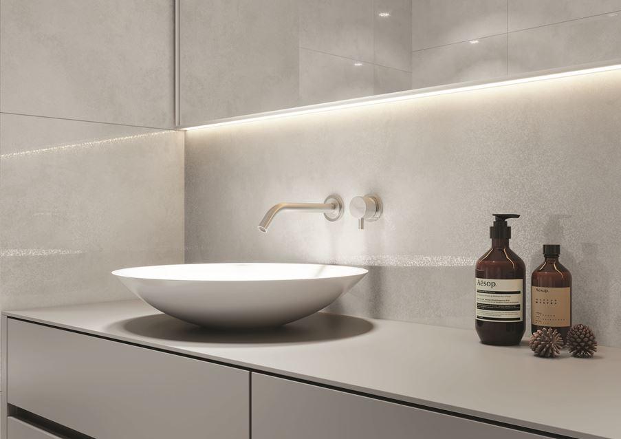 Minimalistyczna strefa umywalkowa w bieli