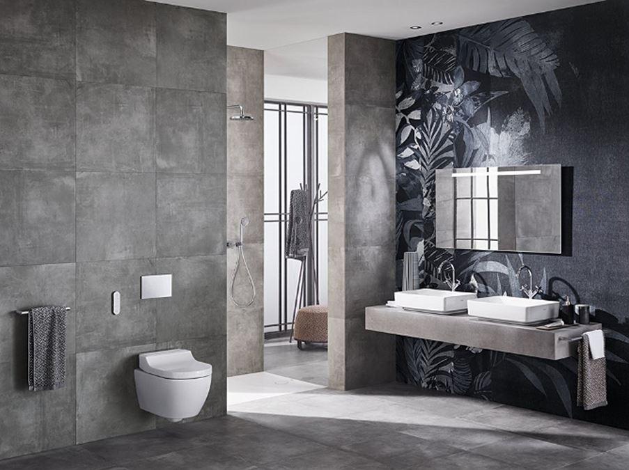 Aranżacja betonowej łazienki z ozdobną ścianą Koło VariForm