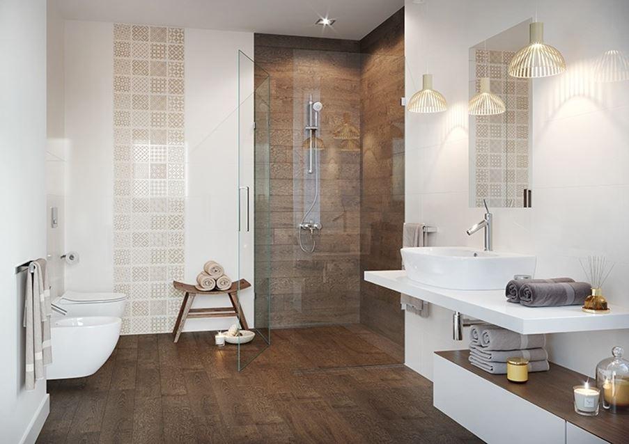 Beżowo-brązowa łazienka z patchworkowymi dekorami