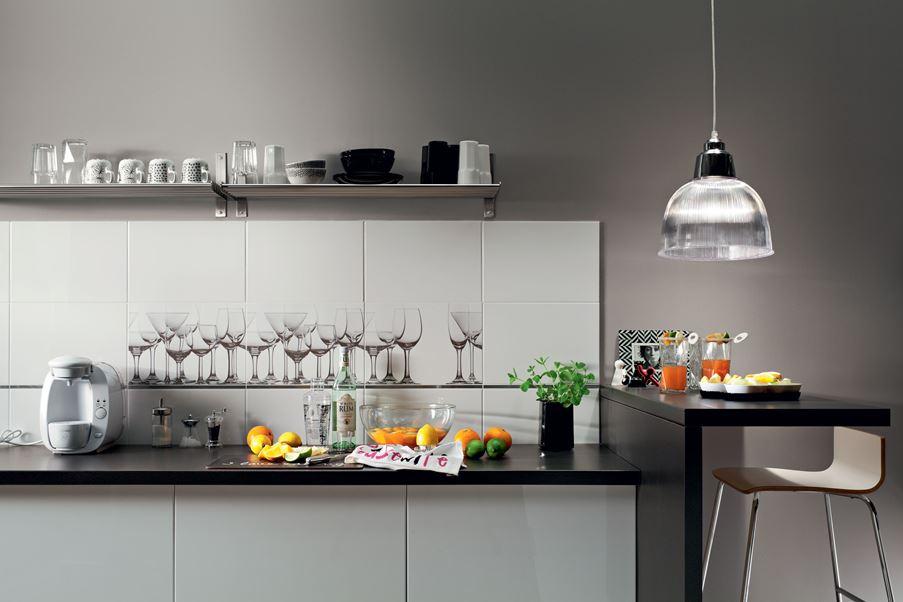 Kuchnia w szarościach z oryginalnymi dekorami Domino Biała Verre