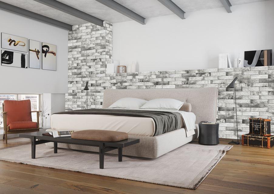 Ceglaste wykończenie ściany w sypialni