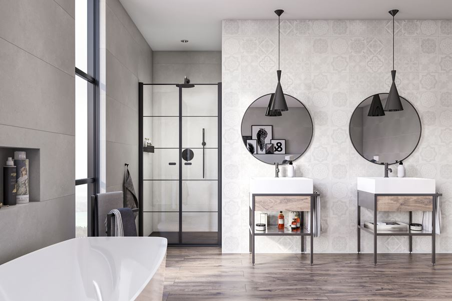 Aranżacja rodzinnej łazienki ze ścianą wykończoną dekorami