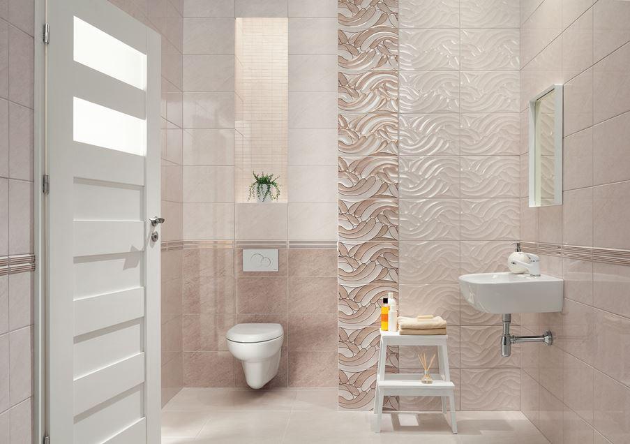 Beżowa łazienka z połyskliwymi płytkami