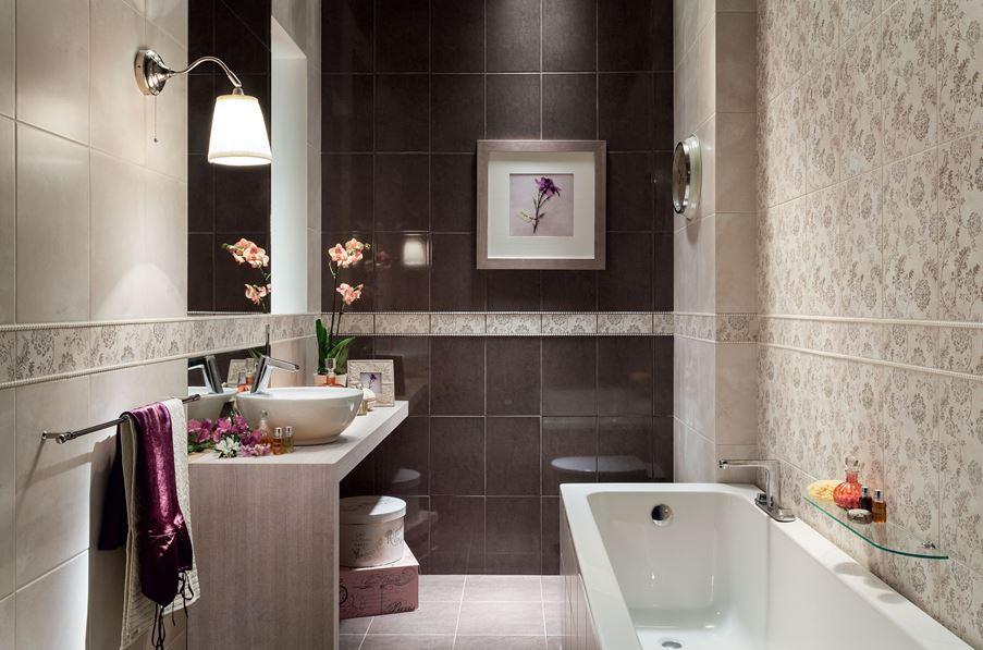 Klasyczna łazienka z florystycznymi dekorami