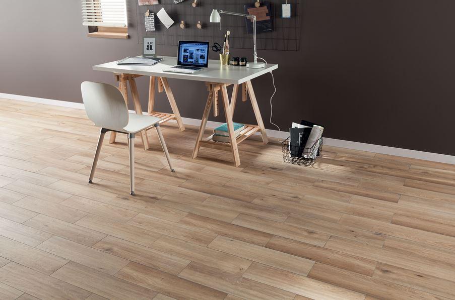 Salon z beżowa podłoga z rysunkiem drewna