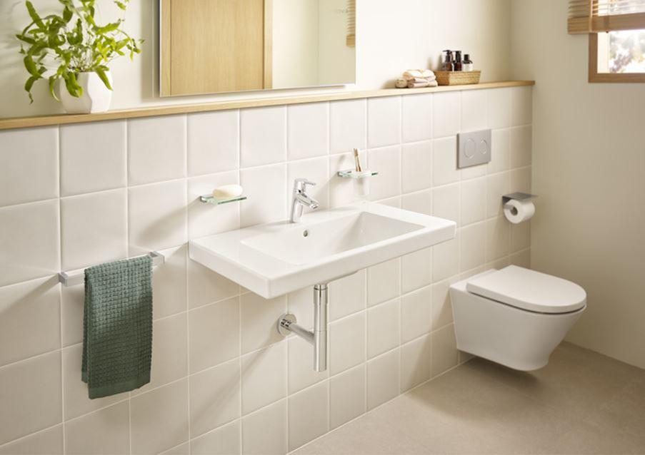 Jasna łazienka z klasyczną ceramiką