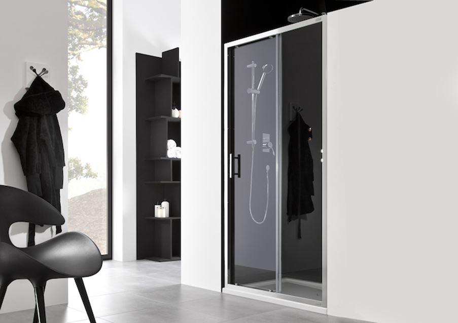 Czarno biała łazienka z zabudowaną kabiną Roca Granada