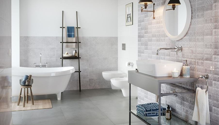 Aranżacja łazienki z szarymi płytkami i patchworkową ścianą