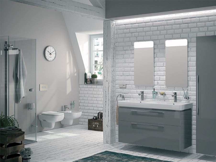 Jasna łazienka z ceglastą ścianą