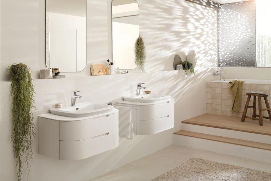 Przestronna łazienka w jasnych kolorach