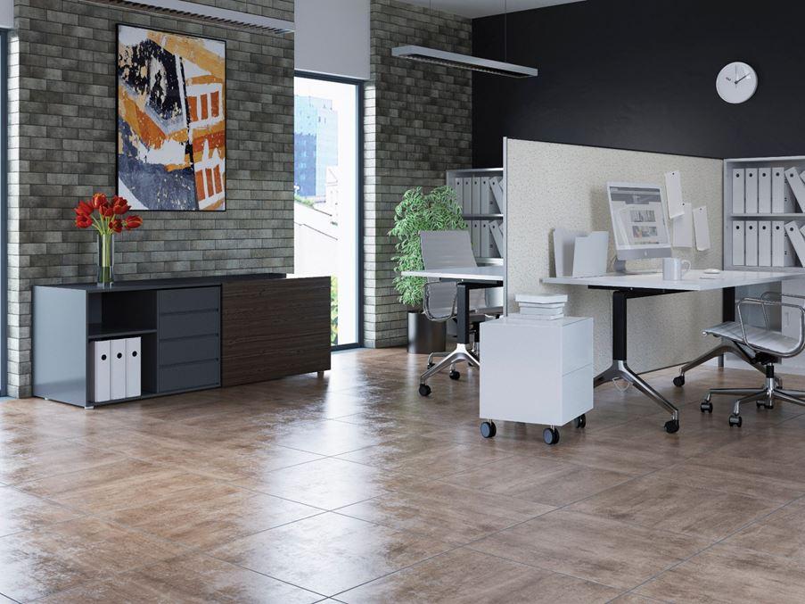 Nowoczesna przestrzeń biurowa z cegłą