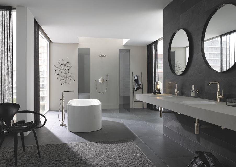 Nowoczesna łazienka z chromowanymi dodatkami